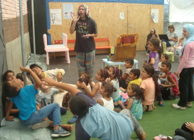 El pallasso vilafranquí Anskari, als campaments de refugiats de Grècia