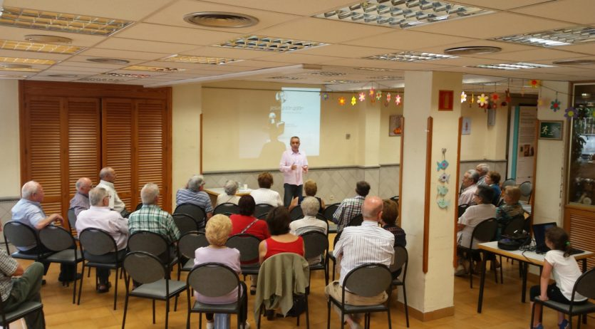 L'advocat Jesús Galán va oferir una xerrada al Casal Municipal de la Gent Gran de Sant Sadurní
