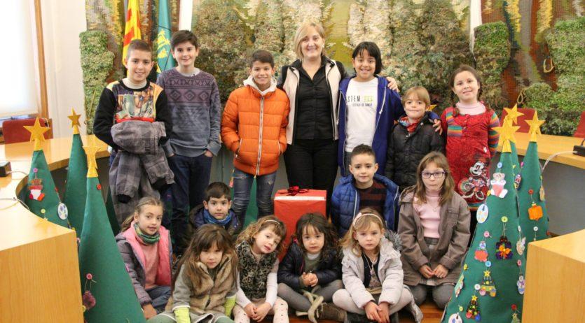 Alumnes de La Pau de Sant Sadurní lliuren cartes solidàries i arbres de Nadal a l'Ajuntament