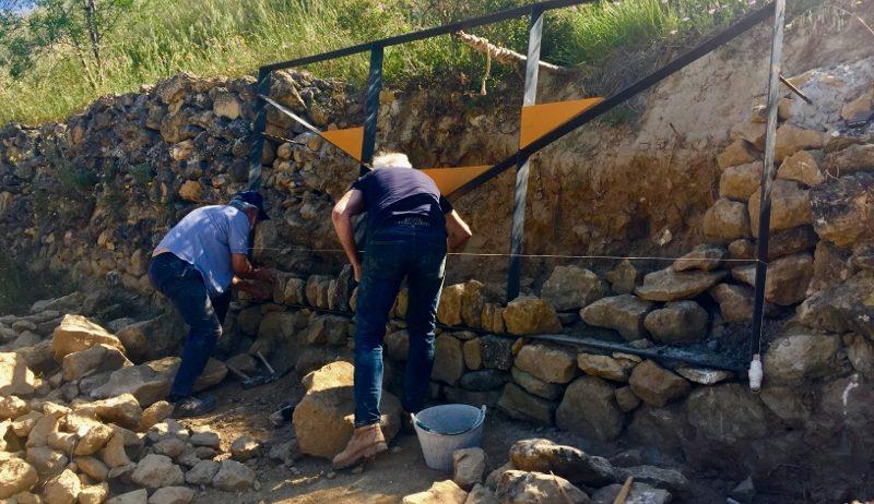 El Congrés d'Art, Paisatge Vitivinícola i Enoturisme reconstrueix un mur de pedra seca