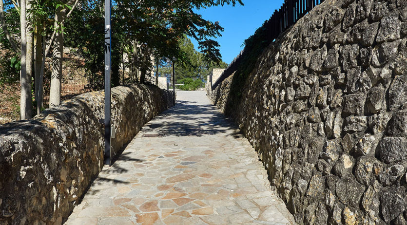 Una visitant de la Fira Medieval de Castellet denuncia la perillositat dels carrers quan plou