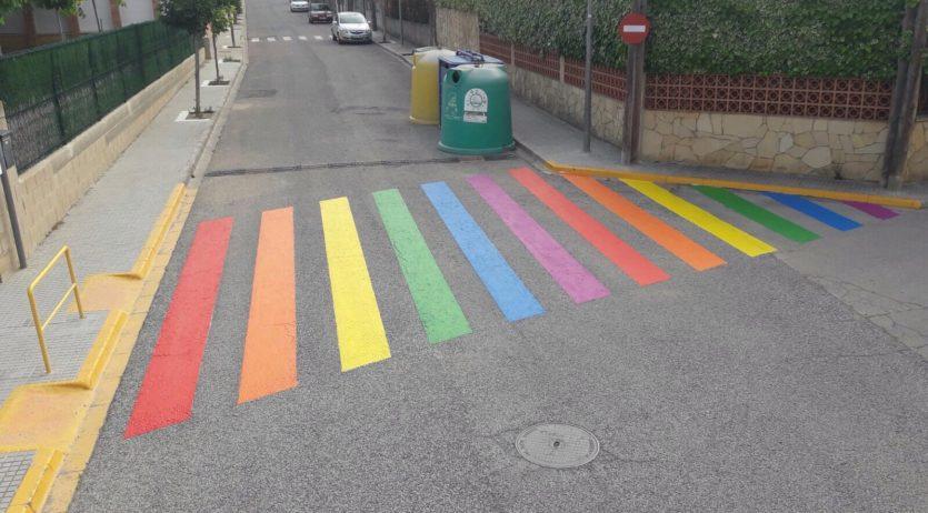 L'Ajuntament de Sant Martí converteix dos passos de vianants en la bandera LGTBI