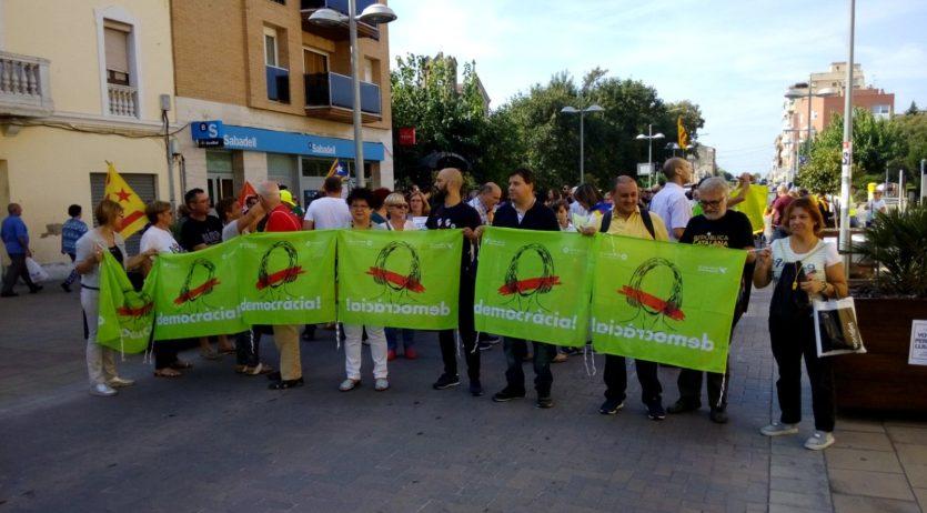 Uns 300 veïns dels Monjos es van manifestar demanant votar amb normalitat