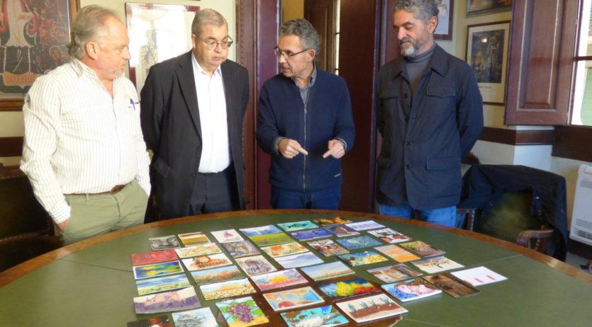 L'Ajuntament de Vilafranca rep una col·lecció de postals dels artistes de Firart