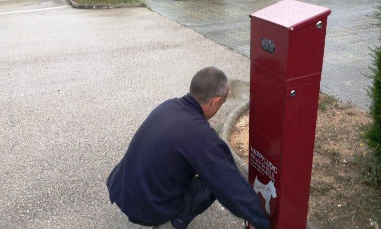 L'Ajuntament d'Olèrdola instal·la papereres dispensadores de bosses pels excrements de gossos