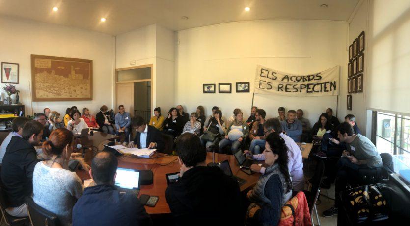 Els treballadors de l'Ajuntament d'Olèrdola assisteixen al ple municipal per protestar