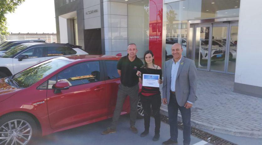 Aida Rivero rep els 3.000€ del premi del sector d'automoció sortejat durant les Fires de Maig