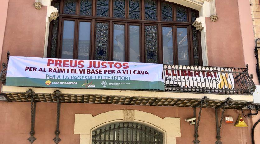 El Consell Comarcal penja una pancarta en suport a la pagesia davant els baixos preus del raïm