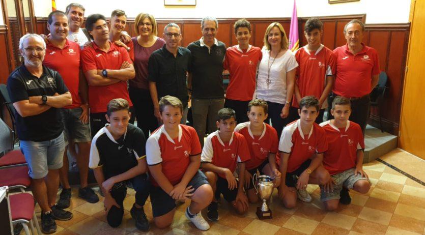 L'equip municipal de futbol 7 dels Monjos, rebut a l'Ajuntament