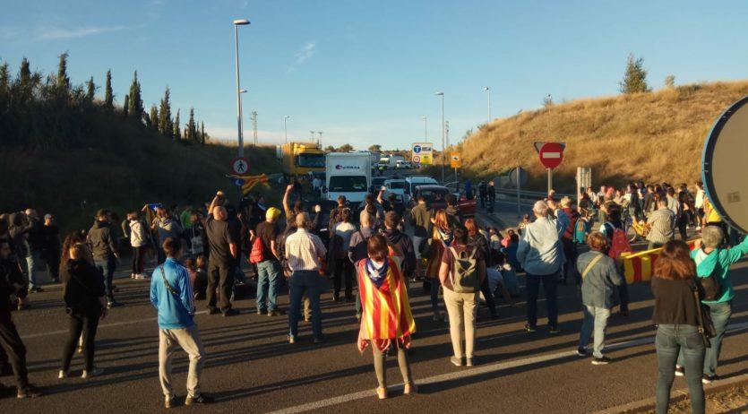 Un centenar de persones tallen la N-340 a l'alçada de Vilafranca