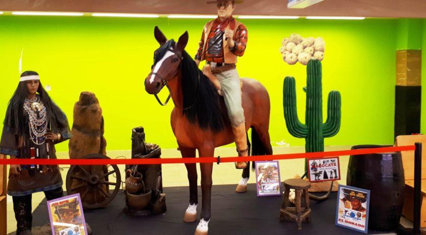 Superherois i cowboys als mercats municipals dins la campanya 'Vilafranca, un comerç de cinema'