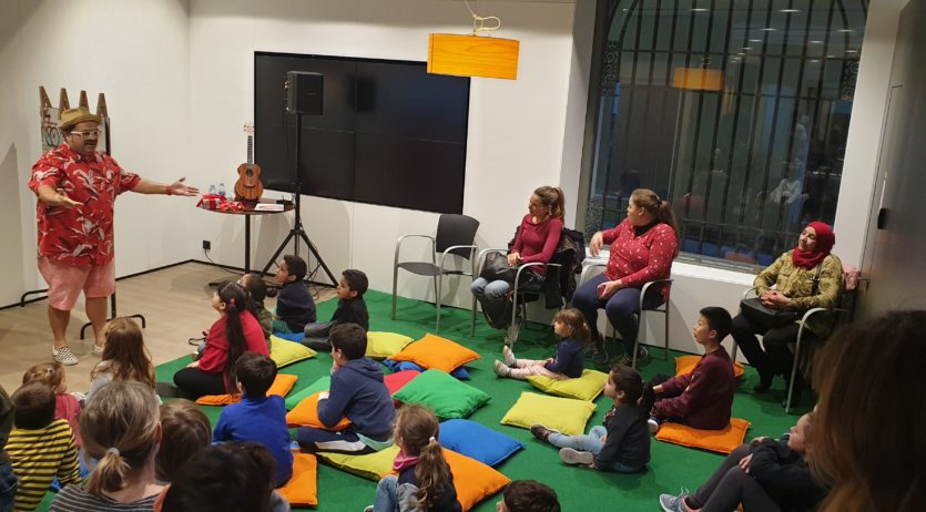 30 Infants i adults omplen l'oficina Store de CaixaBank per la presentació de 'La bici de Lola'