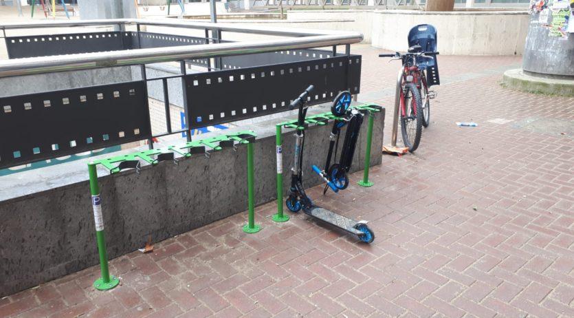 S'instal·len dos aparcaments de patinets a la plaça del Penedès