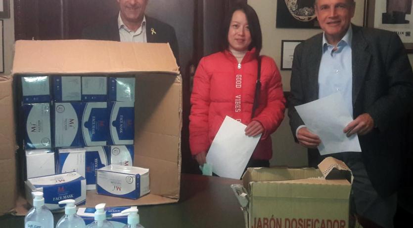 La comunitat xinesa de Vilafranca lliura mascaretes i flascons d'hidroalcohol a l'Ajuntament