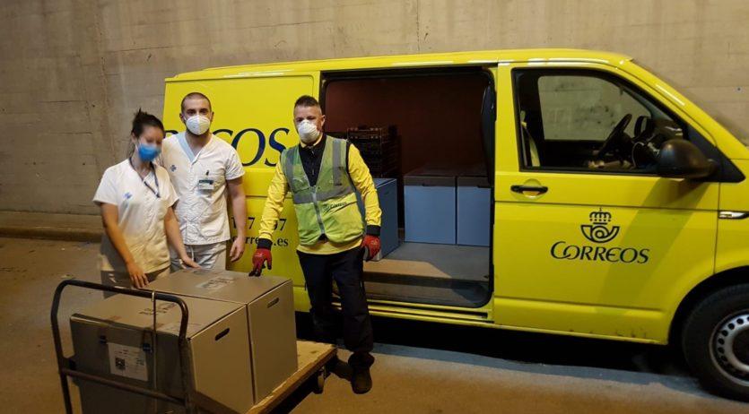 Correos lliura respiradors fabricats per SEAT a l'hospital Sant Camil