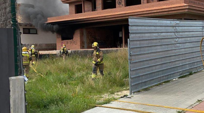 Un incendi crema en una casa a mig construir del Pla del Diable