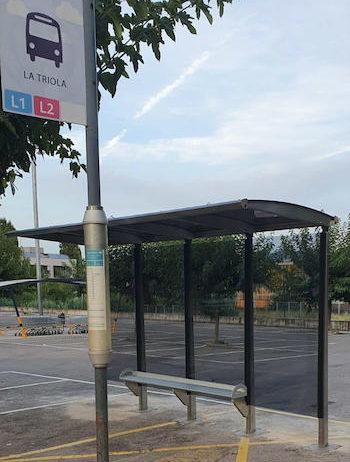Instal·len una marquesina a la parada del bus davant el Casal de la Gent Gran de Sant Sadurní