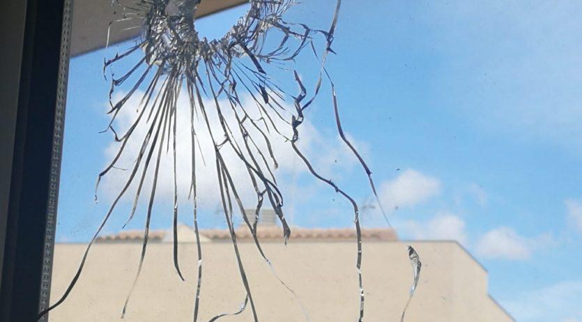 Troben un vidre i una pissarra digital de l'escola d'Avinyonet foradats per un tret de bala