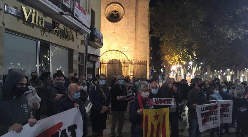Un centenar de persones es concentren per rebutjar les intervencions de la Guàrdia Civil