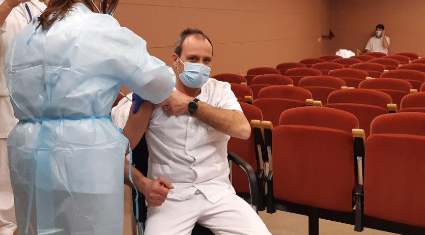 Vacunen contra la Covid-19 els professionals del Consorci Sanitari Alt Penedès-Garraf