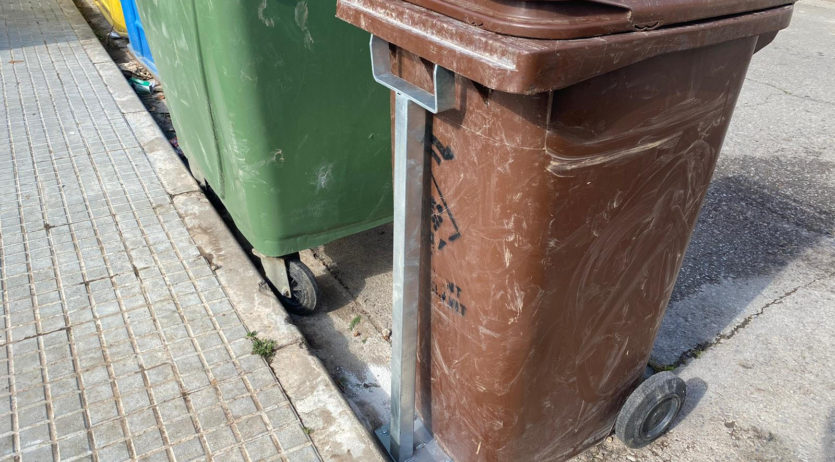 Torrelavit fixa els contenidors d'orgànica perquè els senglars no escampin la brossa