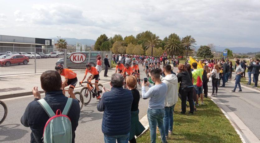 Gran expectació durant el pas de La Volta per Vilafranca del Penedès