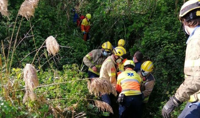 Una dona de 58 anys, ferida greu en caure per un barranc de cinc metres a l'Alt Penedès