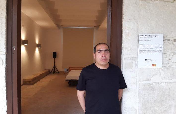 Fernando Bustamante mostra la seva visió de la pandèmia al claustre de Sant Francesc