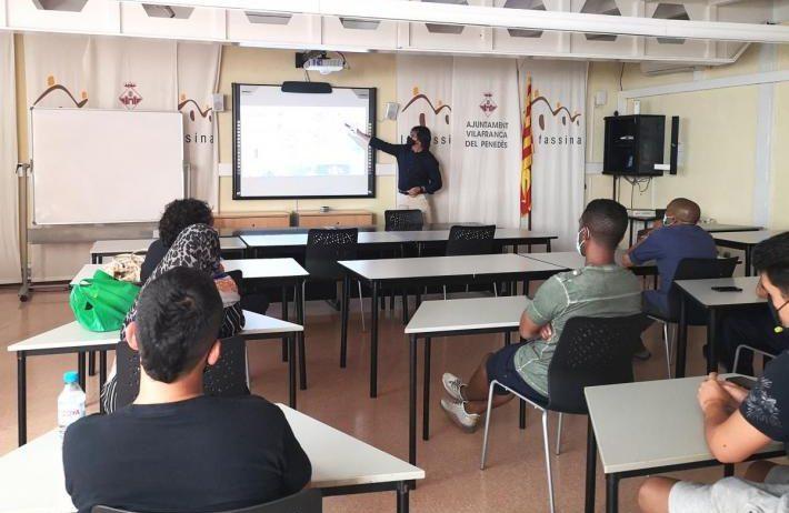 Formació pràctica pels alumnes del curs 'Operacions Auxiliars de Magatzem'