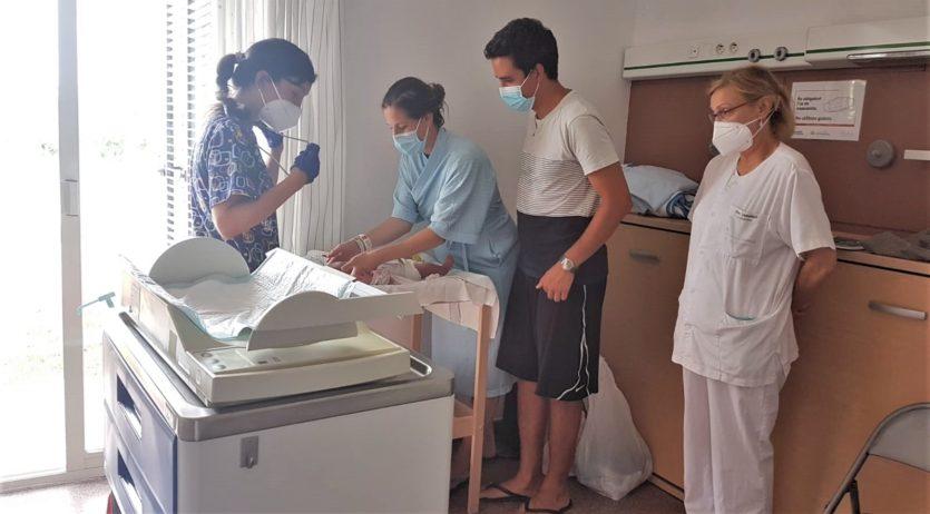 L'HCAP estableix que les visites pediàtriques als nounats es facin dins de l'habitació